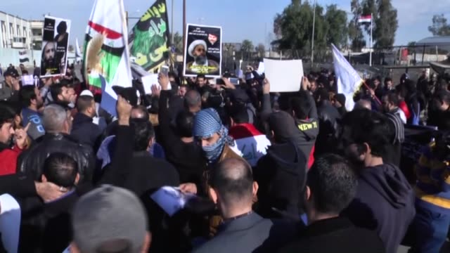 members of sadrist movement hold posters of nimr baqir alnimr during a protest against the execution of prominent saudi shia cleric nimr baqir alnimr... - esecuzione pubblica video stock e b–roll