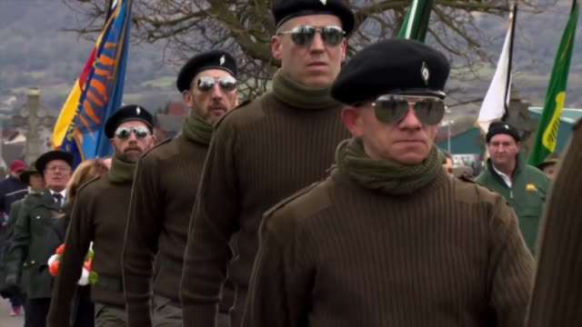 members of saoradh marching through derry, the legal political face of the new ira made up of dissident irish republicans who oppose the northern... - marschieren stock-videos und b-roll-filmmaterial