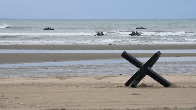 stockvideo's en b-roll-footage met members of special warfare unit carry out a reenactment of the mission carried out by a navy combat demolition unit during dday that helped clear... - infanterie