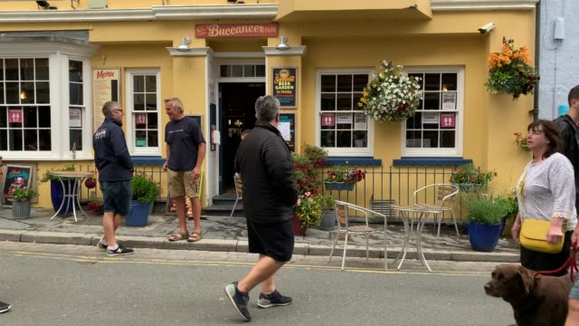 members of staff at the buccaneer prepare the premises ready to open on july 14, 2020 in tenby, wales. welsh pubs are allowed to open as long as they... - ペンブローク点の映像素材/bロール