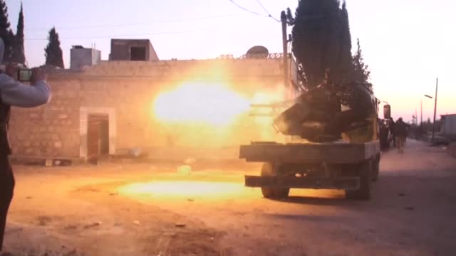 vídeos y material grabado en eventos de stock de members of syrian opposition alsultan murad brigade and almutasim battalion clash with daesh militants in qara village east of azaz aleppo on... - isis