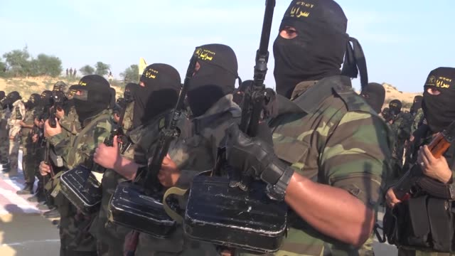 vídeos de stock e filmes b-roll de members of the alquds brigades the armed wing of the palestinian islamic jihad train in deir albalah city of gaza on december 11 2014 - treino militar