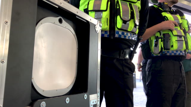 vídeos de stock, filmes e b-roll de members of the british transport police oversee an operational trial of the thruvision camera system at stratford station, on september 17th 2019 .... - camada de ozônio