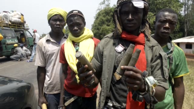 stockvideo's en b-roll-footage met members of the christian anti-balaka militia in damara in the central african republic show damage caused by what they say was an attack by chadian... - assertiviteit