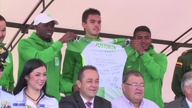 members of the colombian atletico nacional football club unveiled tuesday a commemorative plaque to honor the 71 chapecoense players who died in a... - südbrasilien stock-videos und b-roll-filmmaterial