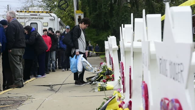 members of the community came to the tree of life synagogue to lay down flowers and remember the victims of the spree shooting that occured at the... - gedenkveranstaltung stock-videos und b-roll-filmmaterial