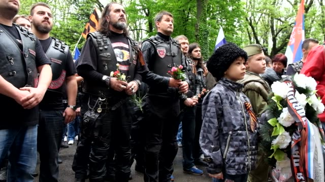 members of the controversial russian night wolves motorcycle club visit olsany cemetery in prague the bikers attended a tribute to russian soldiers... - biker gang stock videos & royalty-free footage