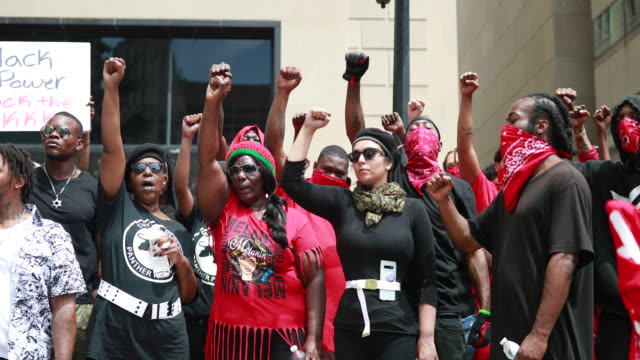 vidéos et rushes de members of the dayton chapter of the black panthers make black power fists hundreds of counter protesters including the nation of islam new black... - fist