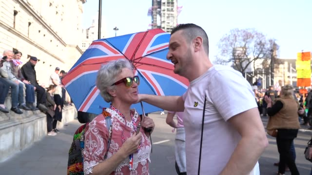 vidéos et rushes de members of the democratic football lads alliance gather at the counter rally at parliament square on march 29 2019 in london england today probrexit... - ming