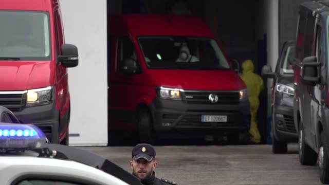 members of the emergency militry unit bring coffins from hospitals and nursing homes to the palacio de hielo converted in a temporary morgue on march... - hielo stock-videos und b-roll-filmmaterial