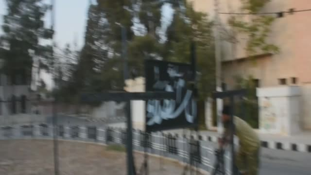 members of the free syrian army take down signs of daesh after taking control of some part of the jarabulus center from daesh terrorists during the... - militante gruppe stock-videos und b-roll-filmmaterial