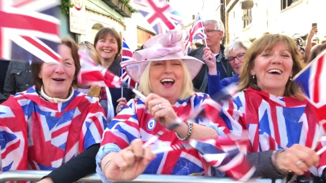 vidéos et rushes de members of the general public at windsor castle ahead of the wedding of prince harry to ms meghan markle at st george's chapel windsor castle on may... - ming