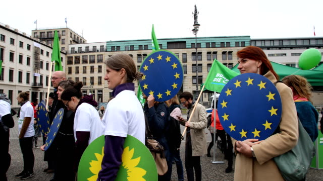 vídeos y material grabado en eventos de stock de members of the green party during the campaign event holding flags with party logo ska keller and sven giegold lead candidates for the german greens... - elección
