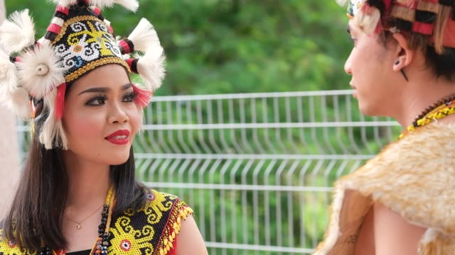 vidéos et rushes de members of the indigenous people smiles as she stand behind the main stage during the international indigenous art festival, on august 3, 2019 in... - malaysian culture