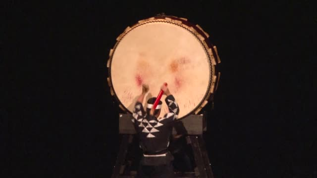 "members of the japanese drumming troupe ""ondekoza"" perform on the stage in bursa, turkey on october 19, 2017. ""ondekoza"" on a tour in turkey... - ドラマー点の映像素材/bロール"