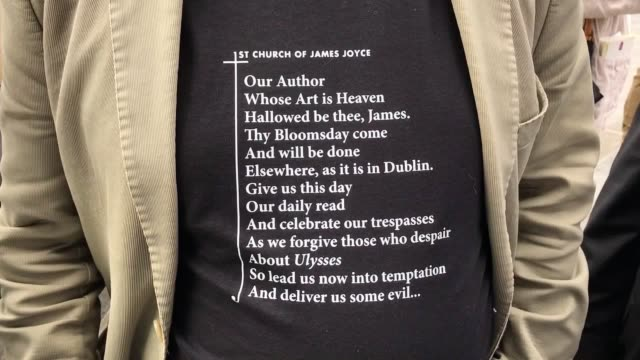 vidéos et rushes de members of the 'joyceanstagers' at the annual bloomsday event at glasnevin cemetery dublin during their reenactment from the 'hades' chapter of james... - james joyce