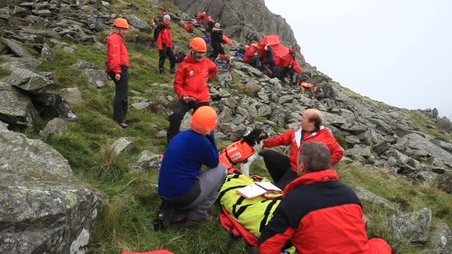 members of the langdale ambleside mountain rescue team on a first aid training exercise in the lake district, uk. - climbing stock videos & royalty-free footage