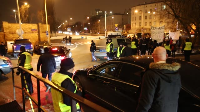 "members of the law and justice party are seen leaving their headquarters in warsaw, poland on january 29, 2019 as protestors scream ""shame"" during a... - gerechtigkeit stock-videos und b-roll-filmmaterial"