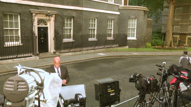 vídeos de stock, filmes e b-roll de members of the media gather in downing street on june 9 2017 in london england after a snap election was called by prime minister theresa may the... - 2017