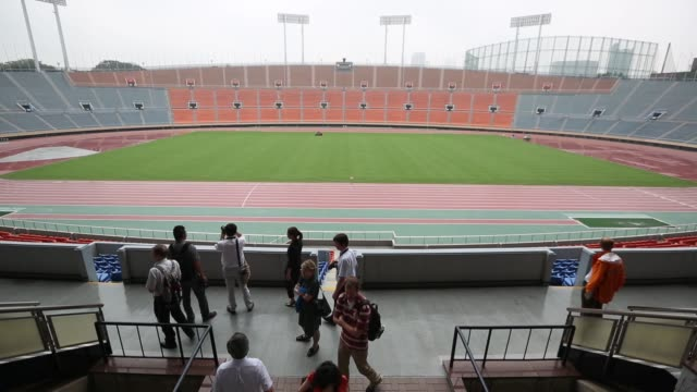 members of the media look at the existing national olympic stadium built for the 1964 olympic games which will be demolished to make way for a new... - ロゴマーク点の映像素材/bロール