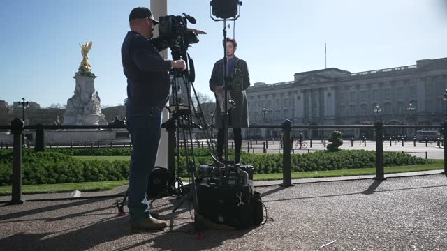 members of the media report outside buckingham palace, the official residence of britain's queen elizabeth ii, is pictured in london at dusk on march... - twilight stock videos & royalty-free footage