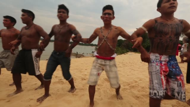 vídeos de stock, filmes e b-roll de members of the munduruku indigenous tribe perform a ceremonial dance along the tapajos river during a 'caravan of resistance'' protest by indigenous... - amazonas state brazil