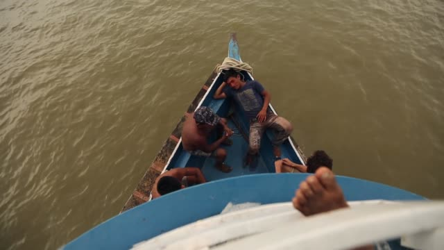 vidéos et rushes de members of the munduruku indigenous tribe ride a riverboat along the tapajos river during a 'caravan of resistance'' protest by indigenous groups and... - culture indigène