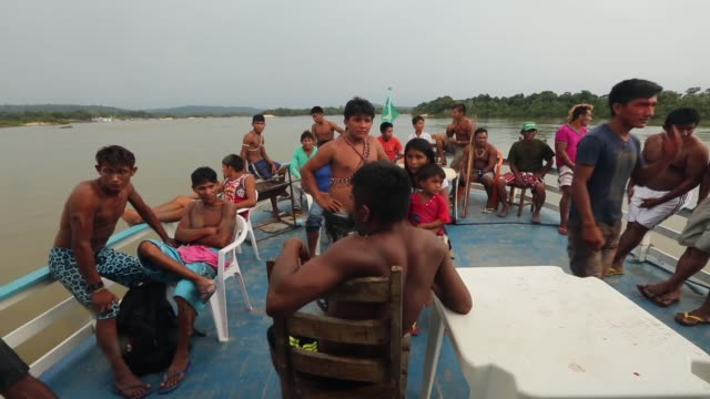 vídeos de stock, filmes e b-roll de members of the munduruku indigenous tribe ride a riverboat along the tapajos river during a 'caravan of resistance'' protest by indigenous groups and... - amazonas state brazil