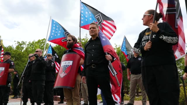 stockvideo's en b-roll-footage met members of the national socialist movement one of the largest neonazi groups in the usduring a rally on april 21 2018 in draketown georgia community... - racisme