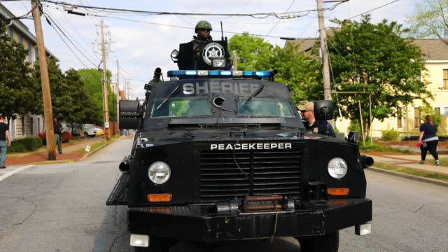 vídeos de stock, filmes e b-roll de members of the national socialist movement one of the largest neonazi groups in the usduring a rally on april 21 2018 in draketown georgia community... - embrace