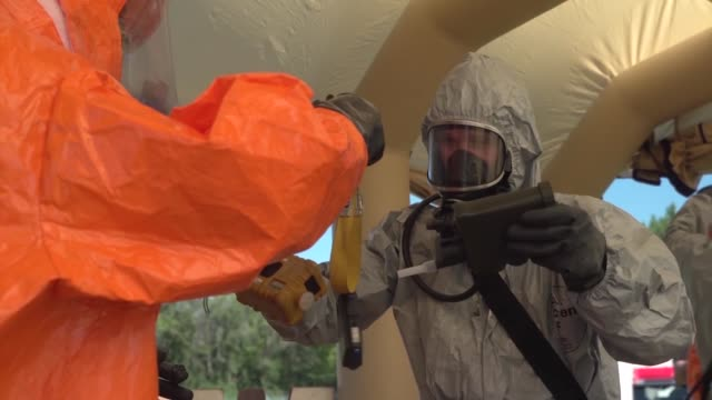 stockvideo's en b-roll-footage met members of the ohio national guard's 52nd civil support team conduct training operations at wrightpatterson air force base in dayton ohio - gasmasker