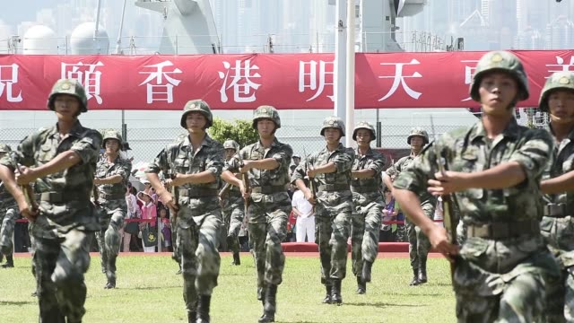 vidéos et rushes de members of the people's liberation army marching band perform during a demonstration at an open day at the ngong suen chau barracks in hong kong,... - armement