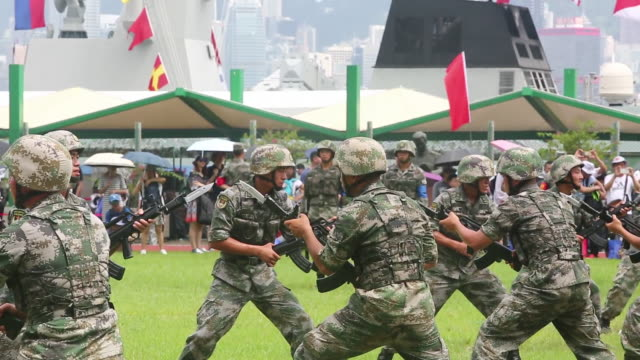 vídeos de stock, filmes e b-roll de members of the people's liberation army open day at the ngong shuen chau barracks of the people's liberation army china's army is holding its annual... - uniforme militar