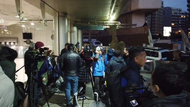vidéos et rushes de members of the press stand at the entrance of the press syndicate building awaiting the arrival of former chairman of nissan and mitsubishi motors... - ghosn