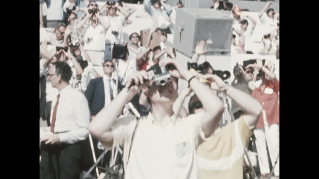 vídeos de stock e filmes b-roll de members of the press taking photos of the apollo-11 launch, the first manned space craft due to land and walk on the moon from the kennedy space... - prt