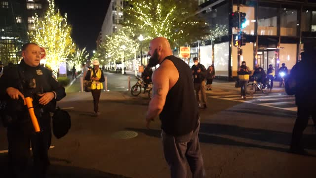 """members of the proud boys clash with opposition protesters following the """"million maga march,"""" on november 14, 2020 in washington, dc. supporters of... - konfrontation bildbanksvideor och videomaterial från bakom kulisserna"""