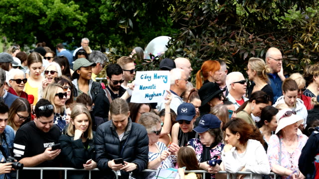 members of the public are seen as prince harry, duke of sussex and meghan, duchess of sussex arrive at government house on october 18, 2018 in... - 3日目点の映像素材/bロール