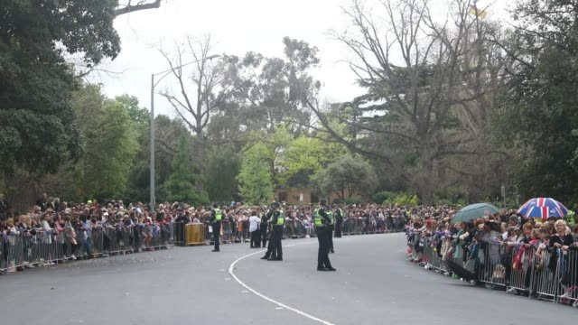 stockvideo's en b-roll-footage met members of the public await the arrival of prince harry duke of sussex and meghan duchess of sussex at government house on october 18 2018 in... - koninklijk persoon