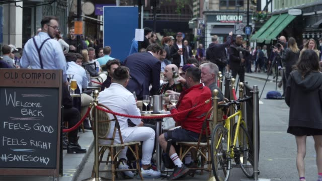 vídeos de stock, filmes e b-roll de members of the public enjoy food and drink on july 04, 2020 in london, england. the uk government announced that pubs, hotels and restaurants can... - pub