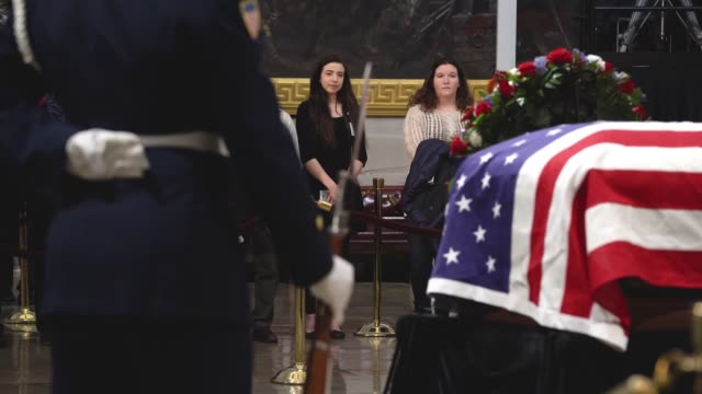 members of the public file through the us capitol rotunda to view the casket and pay respect to the late former us president george hw bush as he... - united states congress点の映像素材/bロール