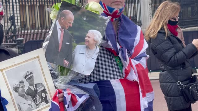 members of the public lay floral tributes outside buckingham palace on april 09, 2021 in london, united kingdom. - reclining stock videos & royalty-free footage