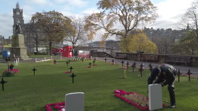 members of the public pay tribute to those who died during war as they visit the garden of remembrance in princess street gardens on november 4, 2020... - war stock-videos und b-roll-filmmaterial