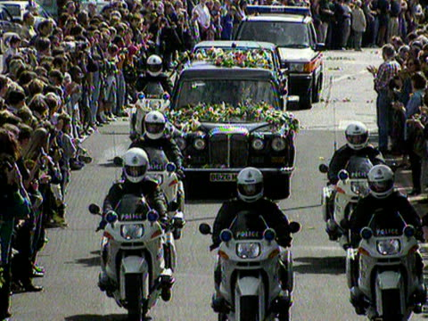 members of the public throw flowers onto the hearse containg princess diana's coffin as the funeral cortege leaves westminster abbey. 06 september... - coffin stock videos & royalty-free footage