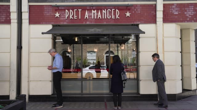 stockvideo's en b-roll-footage met members of the public wait outside and social distance as pret a manger shop reopens in central london due to the coronavirus pandemic - heropening