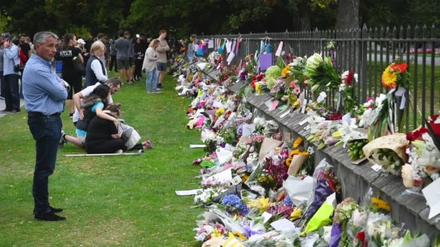 members of the public write messages onto the walkway at the entrance to the christchurch botanic gardens close to al noor mosque on march 16 2019 in... - christchurch stock-videos und b-roll-filmmaterial