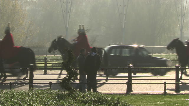 members of the queen's guard on horseback near buckingham palace in london, england. - music or celebrities or fashion or film industry or film premiere or youth culture or novelty item or vacations stock videos & royalty-free footage