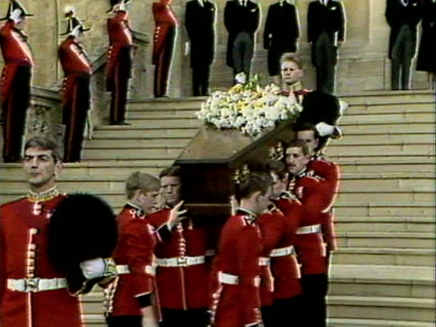 vídeos y material grabado en eventos de stock de members of the royal watch as the duchess of windsor's coffin is carried to a hearse outside st george's chapel. 1986. - funeral