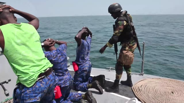 vidéos et rushes de members of the senegalese and gambian navy conduct clearing techniques during a simulated drug smuggling and human trafficking scenario aboard the... - manoeuvre militaire