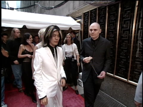 vídeos de stock e filmes b-roll de members of the smashing pumpkins arrive at the 1996 music video awards and pose for pictures on the red carpet - 1996