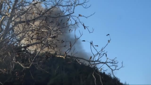 vidéos et rushes de members of the sultan murat han brigade respond with heavy weapons against assad and russian airstrikes in the bayirbucak region in northern latakia... - attaque aérienne